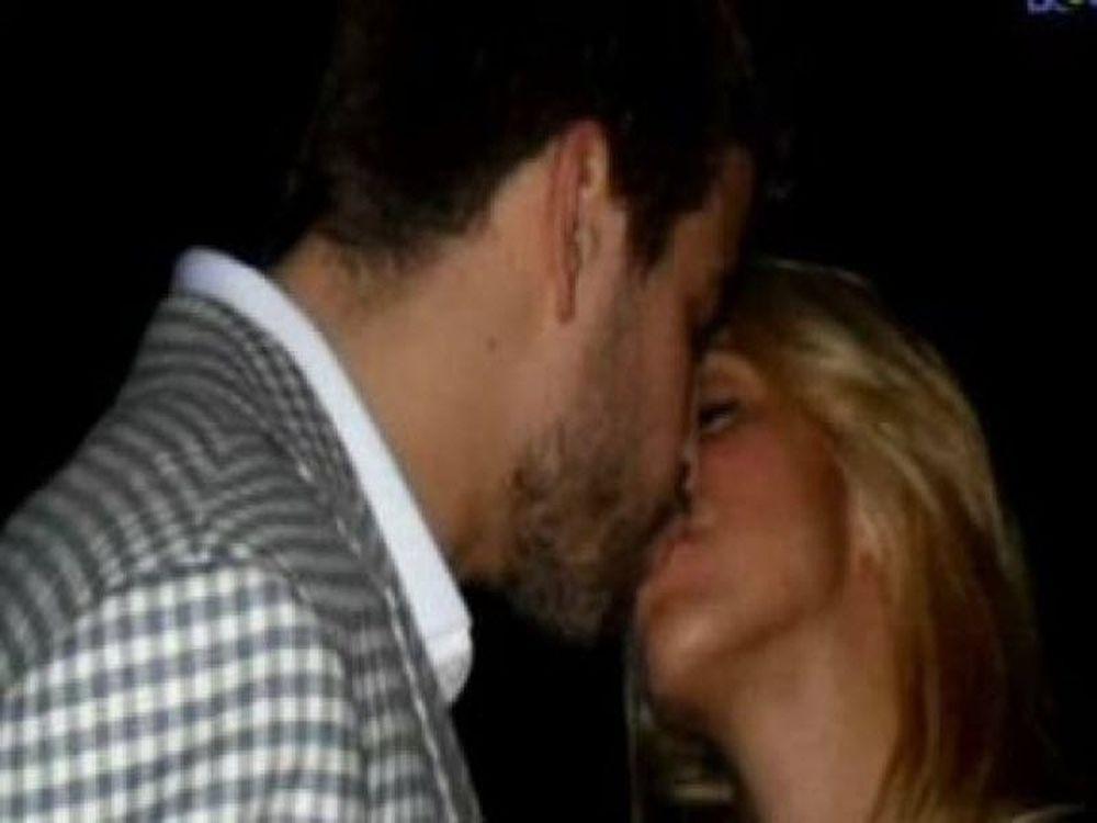 Pique-Shakira: Το «καυτό» φιλί