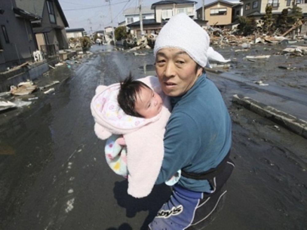 Γλύτωσε βρέφος από το τσουνάμι