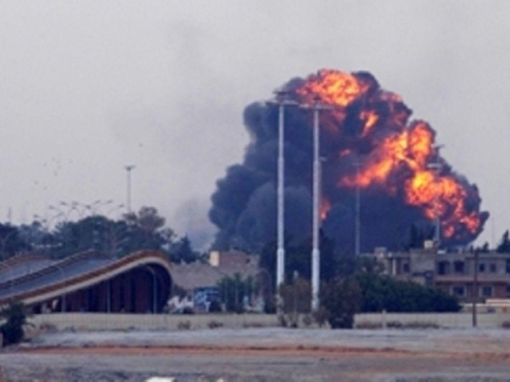 «Σφυροκοπούν» τον Καντάφι