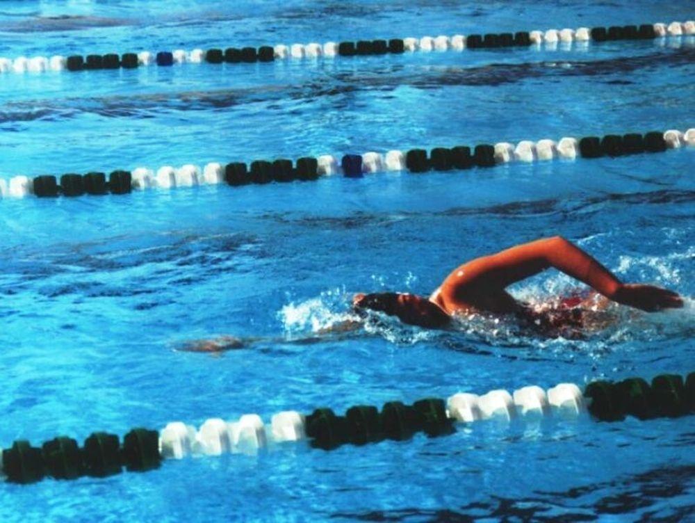 Τα 90 τους στην πισίνα