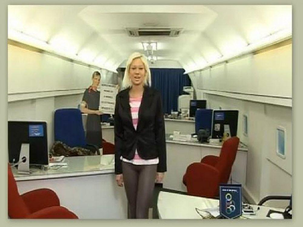 Η Τζούλια … αεροσυνοδός!