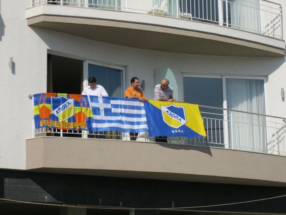 Με εμφανίσεις και σημαίες…