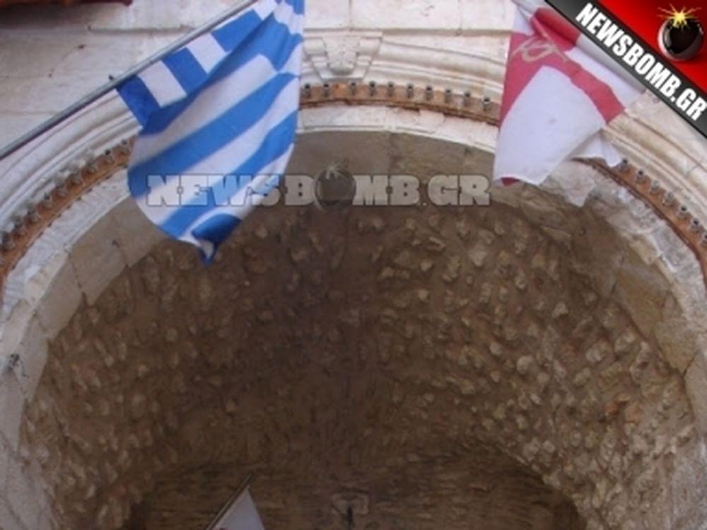 Κατέβασαν την ελληνική σημαία