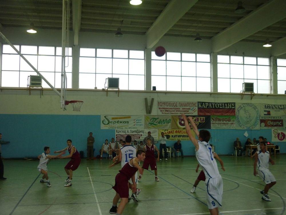 Φωτοβολίδα στο παιδικό μπάσκετ