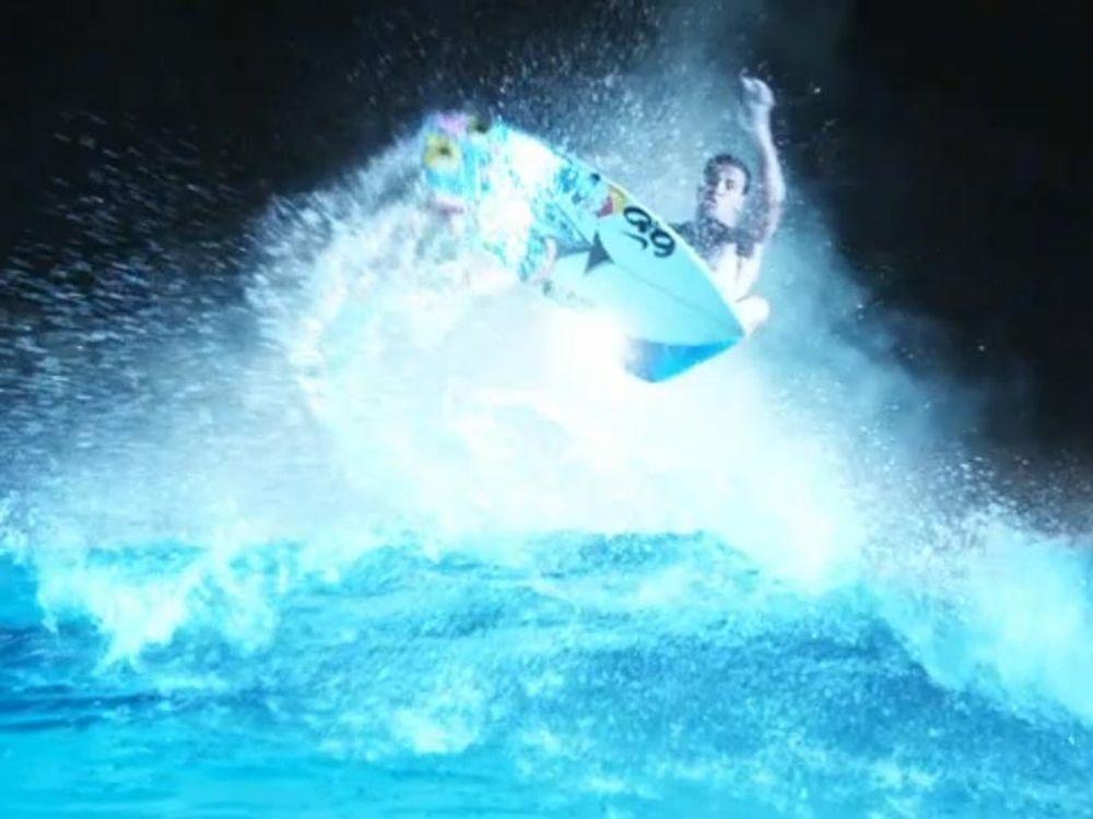 Νυχτερινό surf στο Μπαλί