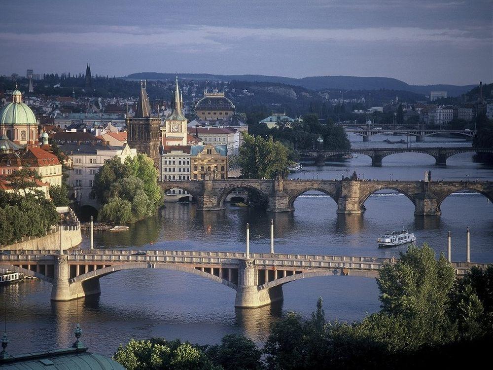 Παραιτήθηκε και η Πράγα
