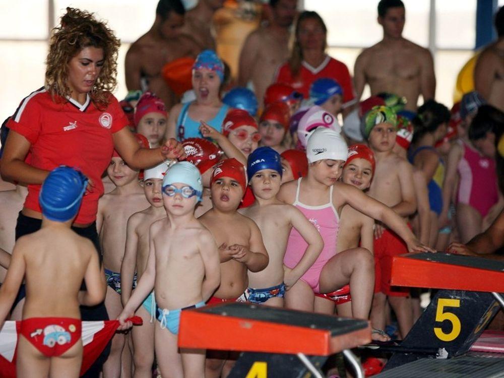 Γέμισε η πισίνα παιδάκια