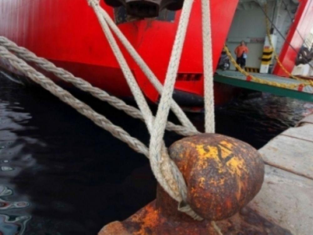 «Δεμένα» τα πλοία στον Πειραιά