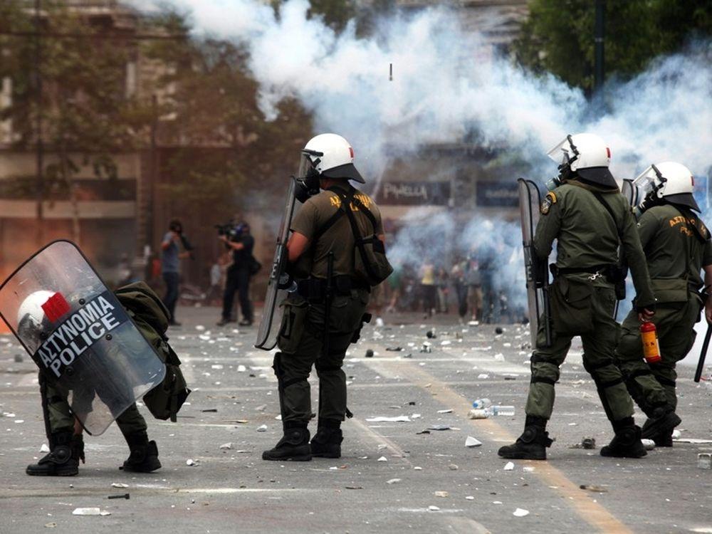 «Καταστέλλουν» τη δημοκρατία