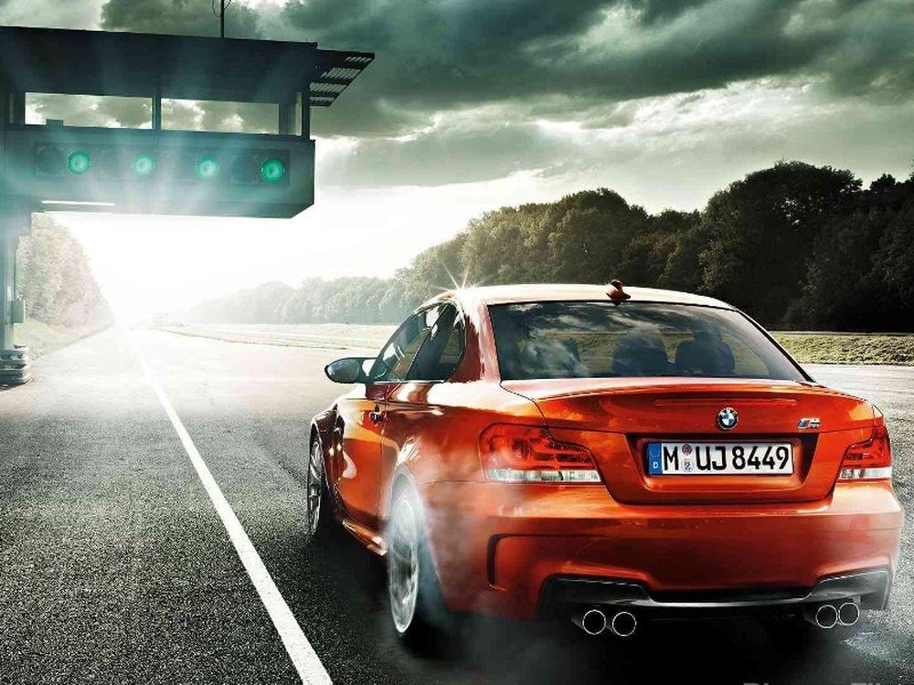BMW 1M: Δύο εντυπωσιακά video