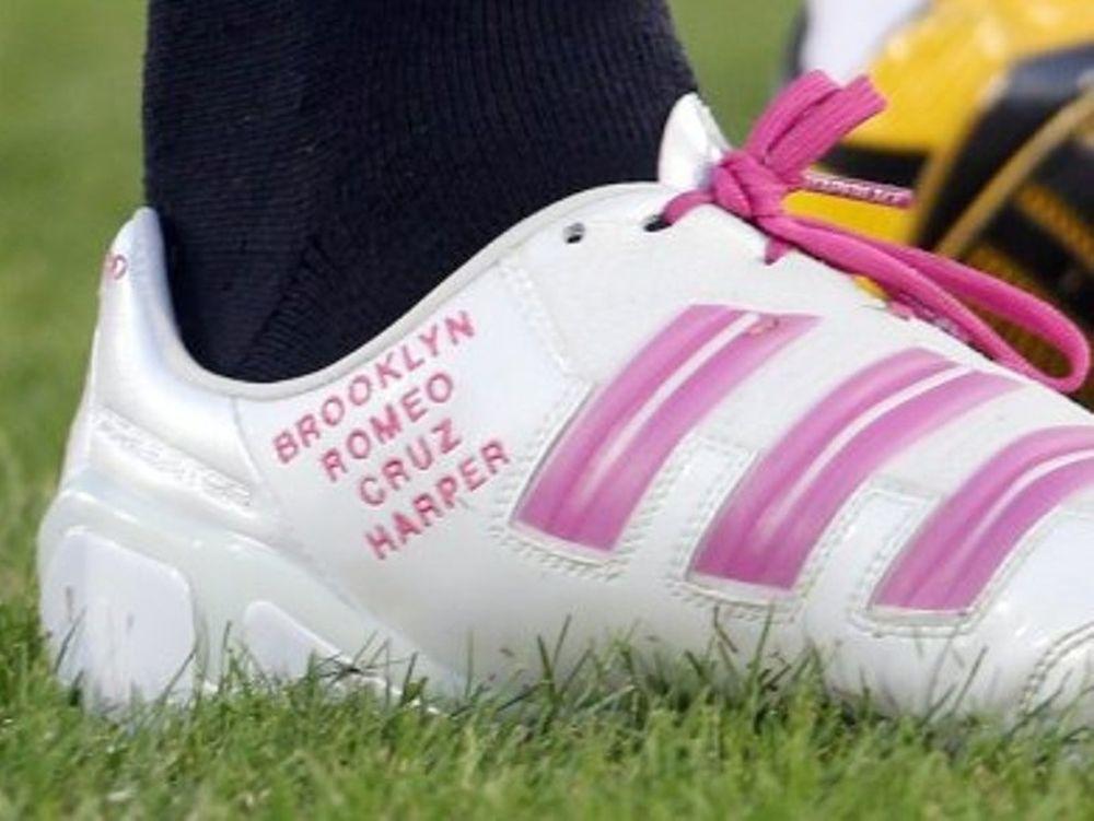 Tα γράφει στα παπούτσια του