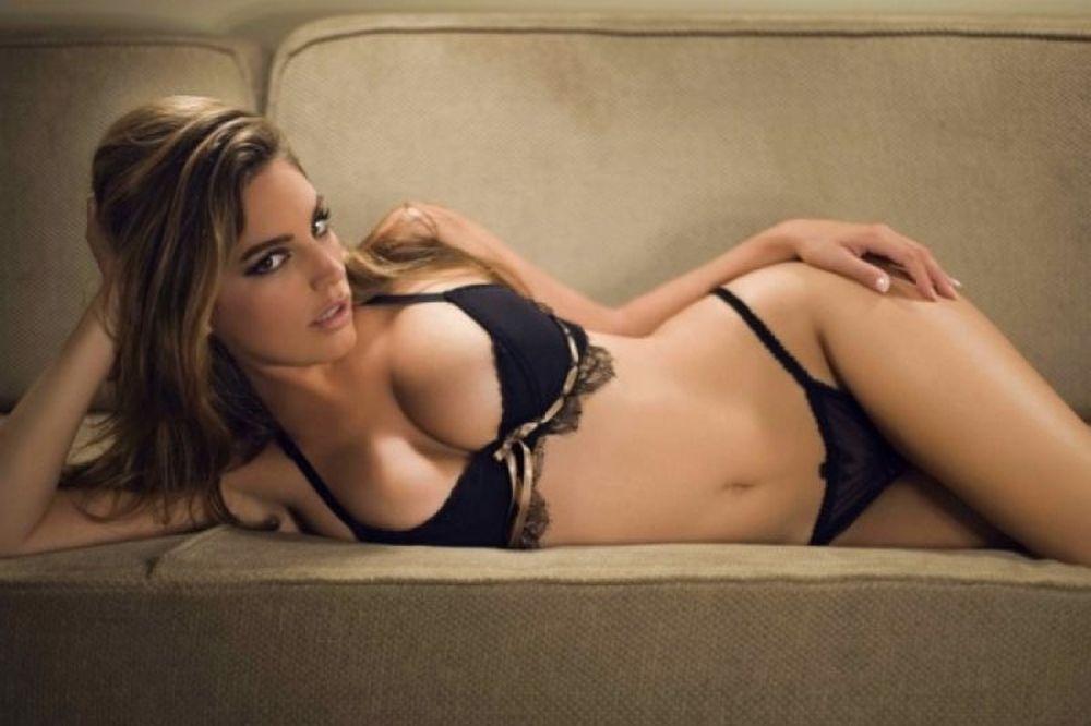 To γυμνό και… φιδίσιο κορμί της Kelly Brook!