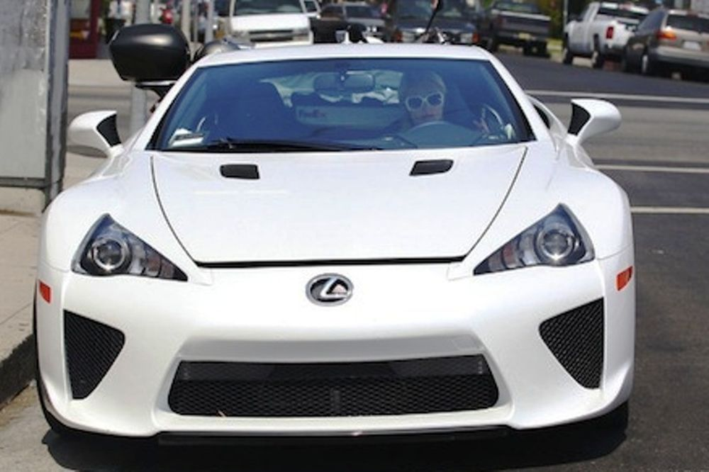 Η Πάρις Χίλτον και το Lexus LFA