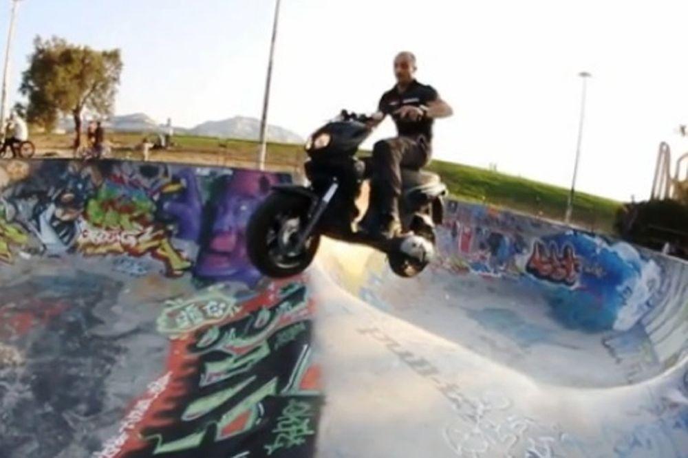 Ένα scooter σε Skatepark