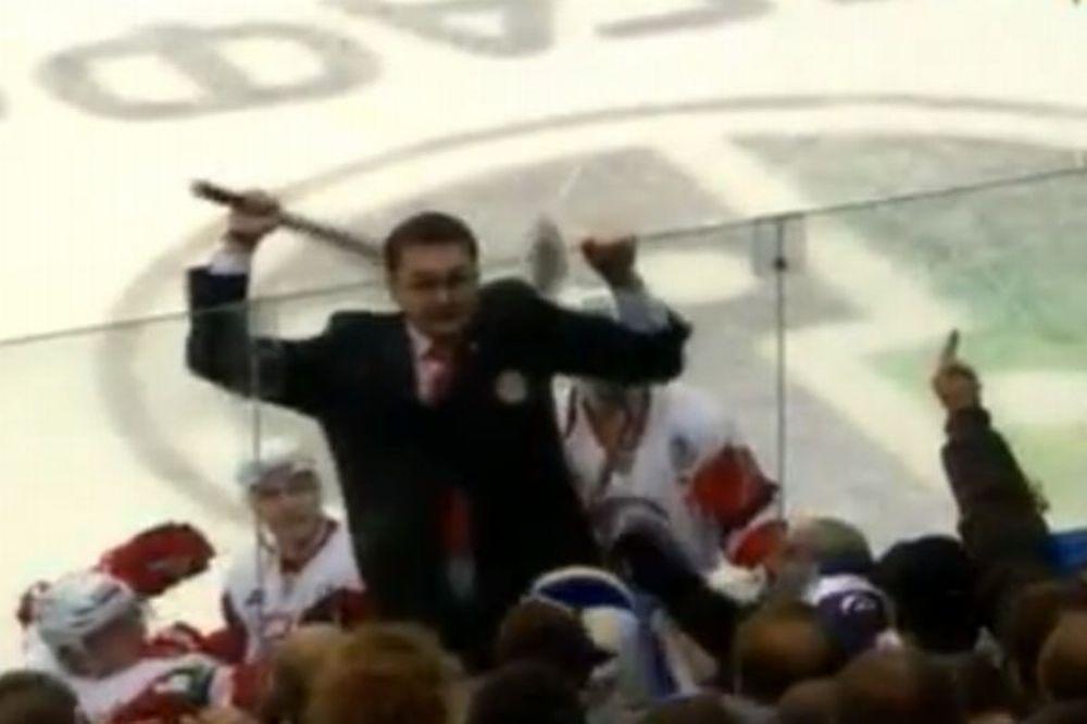 Προπονητής κάνει… ντου σε οπαδούς! (video)
