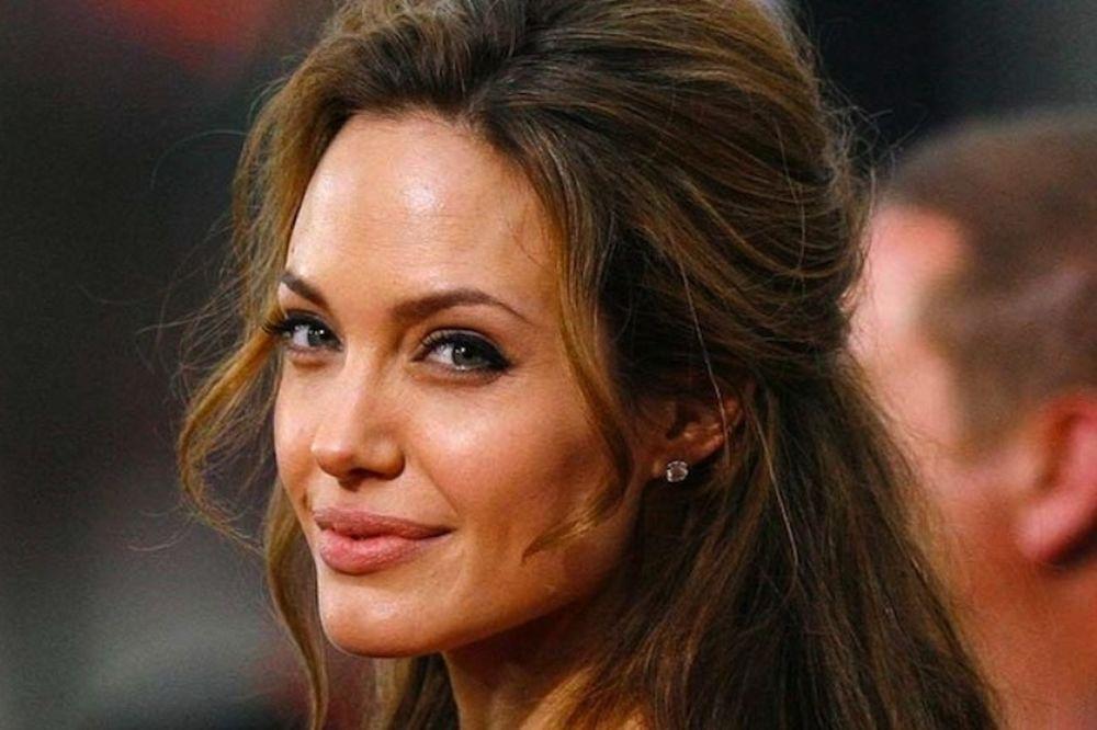 Γραφείο κηδειών… Angelina Jolie