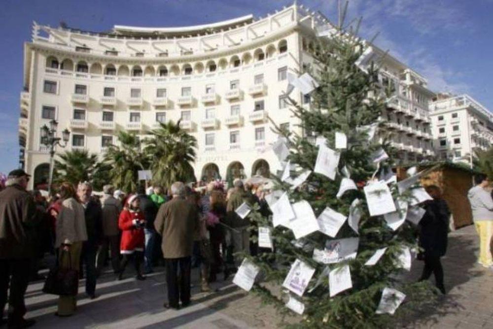 Στόλισαν δέντρο με τα χαράτσια της ΔΕΗ