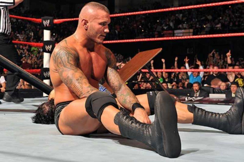 Πλακώθηκαν στο δρόμο Orton και Barrett