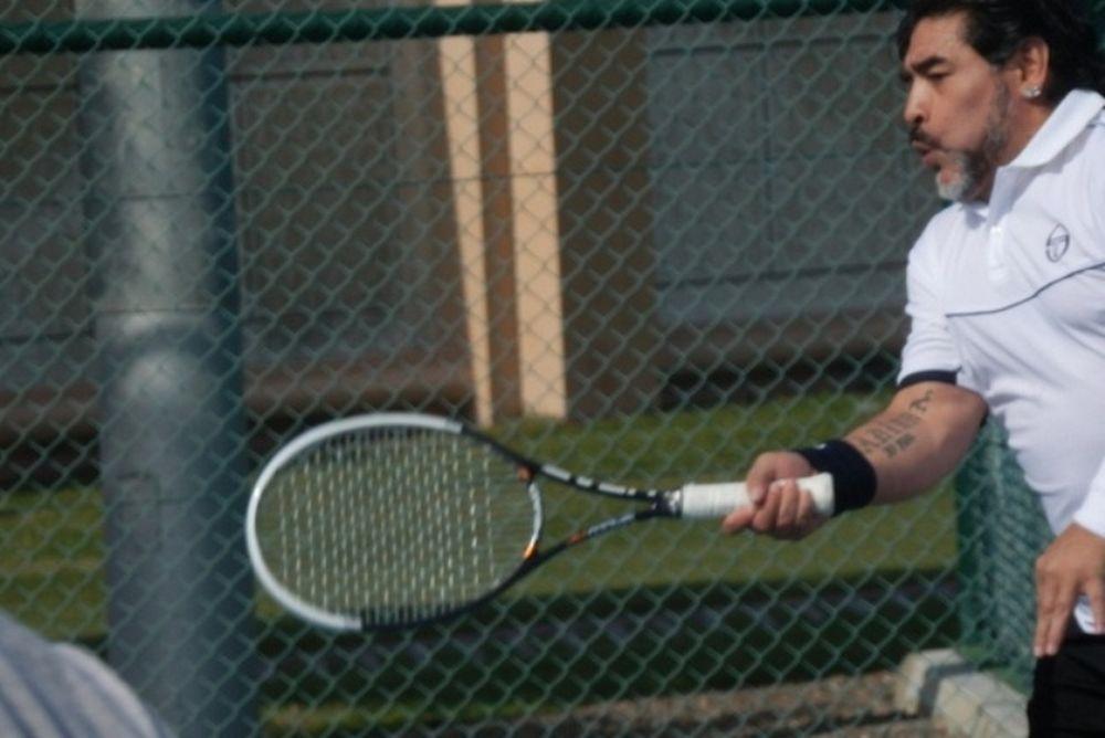 Ο Μαραντόνα παίζει τένις (photos+video)