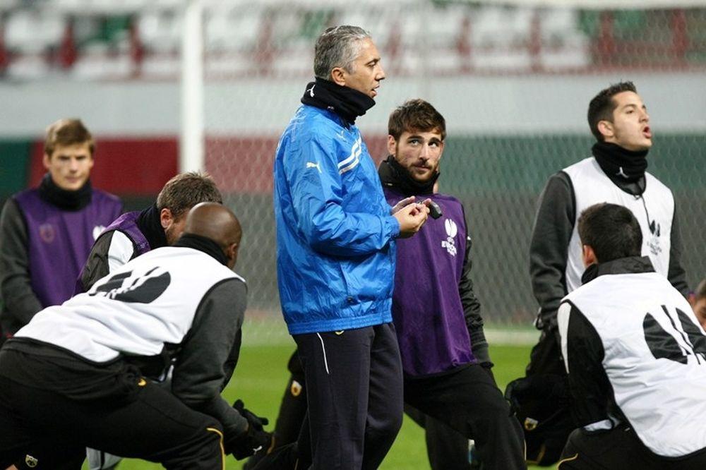 Στο πλευρό των παικτών της ΑΕΚ ο Κωστένογλου