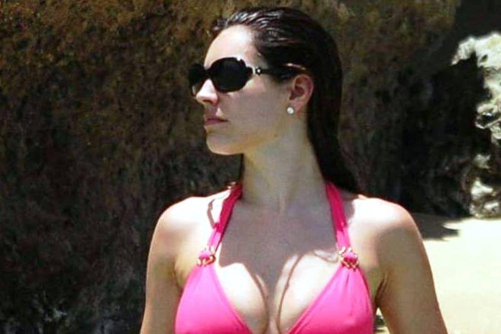 Στην παραλία με μαγιό η Κέλυ Μπρουκ (video)