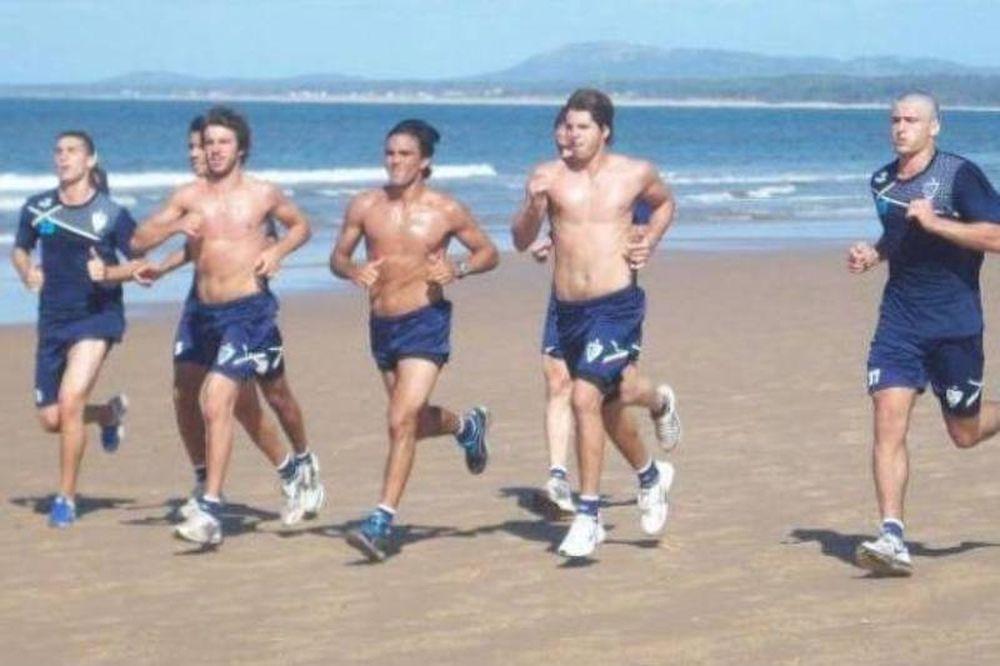 Ημίγυμνοι στην παραλία οι παίκτες της Velez Sarsfield