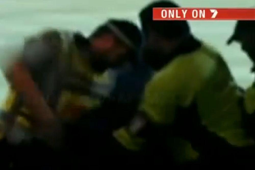 Πρωτοφανής επίθεση αστυνομικού σε φίλαθλο αγώνα κρίκετ! (video)