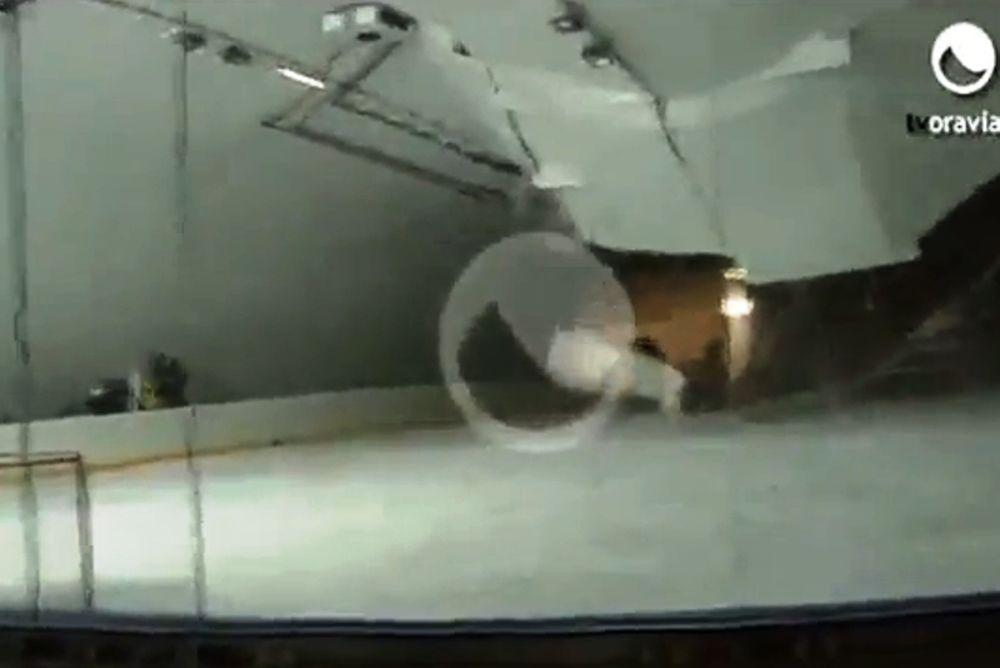 Κατέρρευσε στέγη γηπέδου χόκεϊ (video)