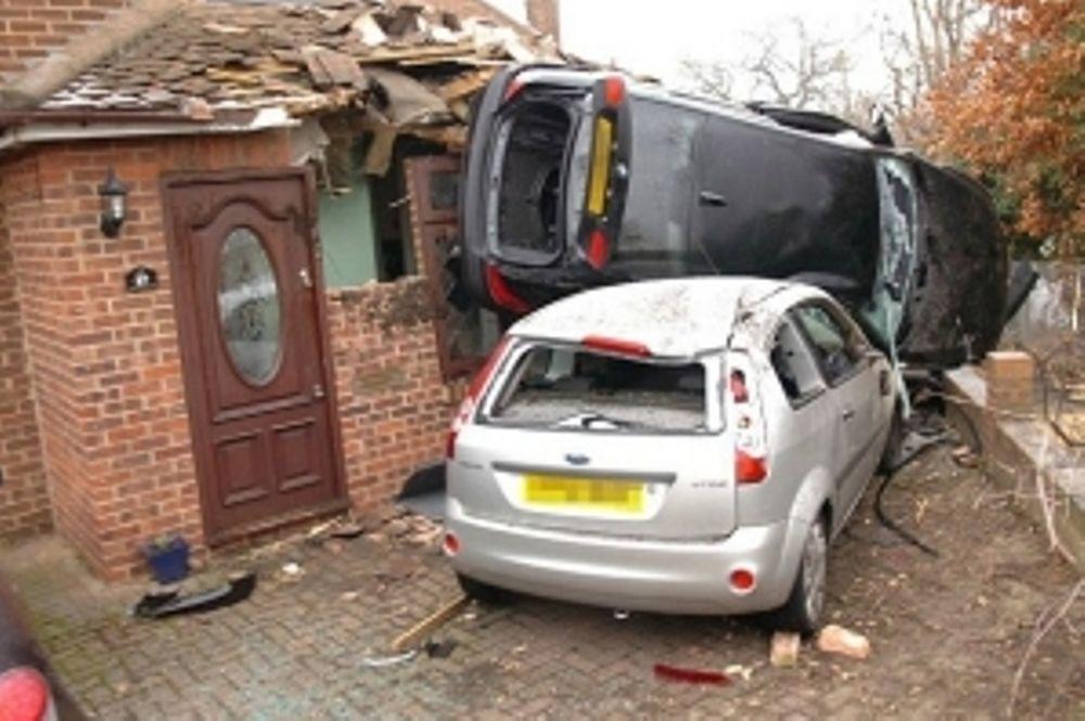 Αυτοκίνητο προσγειώθηκε σε σπίτι