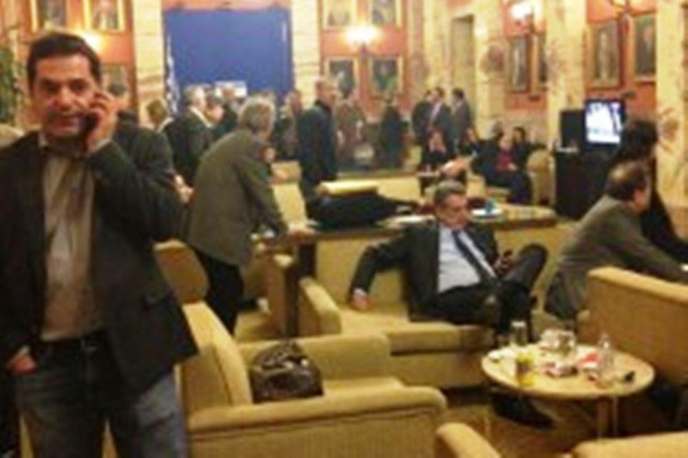 Η χώρα πωλείται και οι βουλευτές έβλεπαν το Παναθηναϊκός - Ξάνθη!