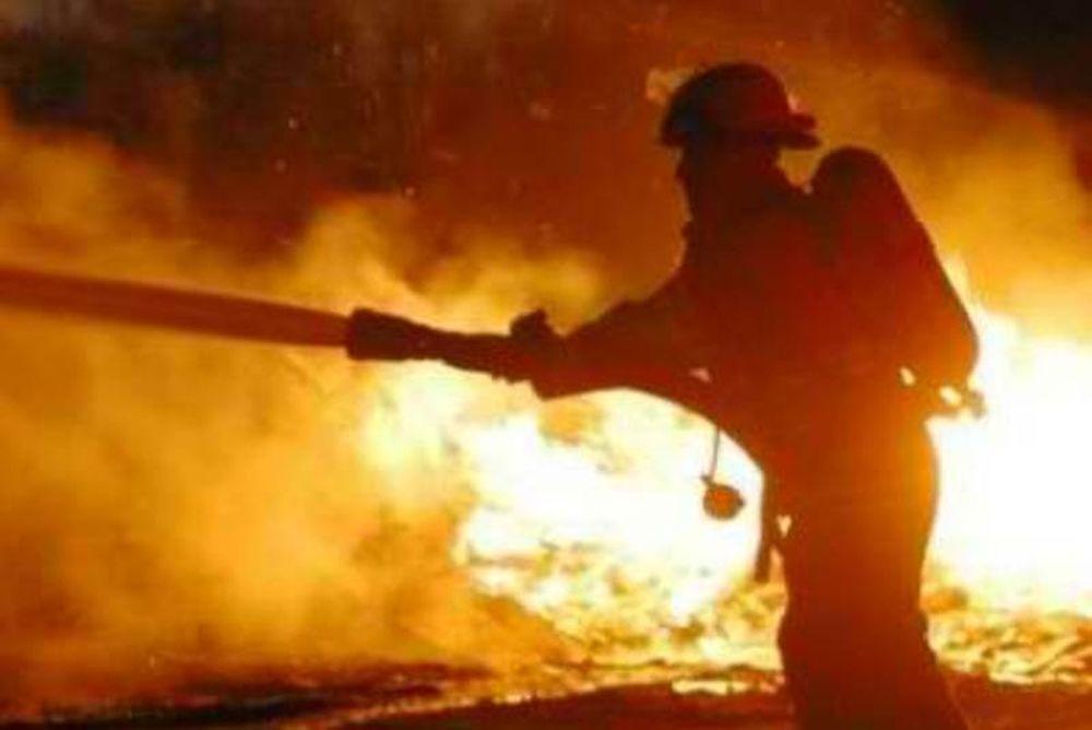 Μεγάλη φωτιά σε αποθήκες στην Ανθούσα