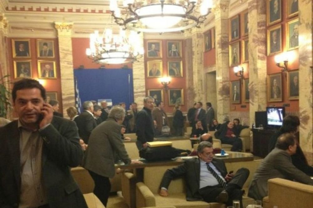 Κατακραυγή στα ΜΜΕ για τη φωτογραφία από το καφενείο της Βουλής