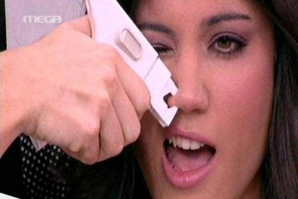 Η Μαίρη Συνατσάκη τρύπησε τη μύτη της!