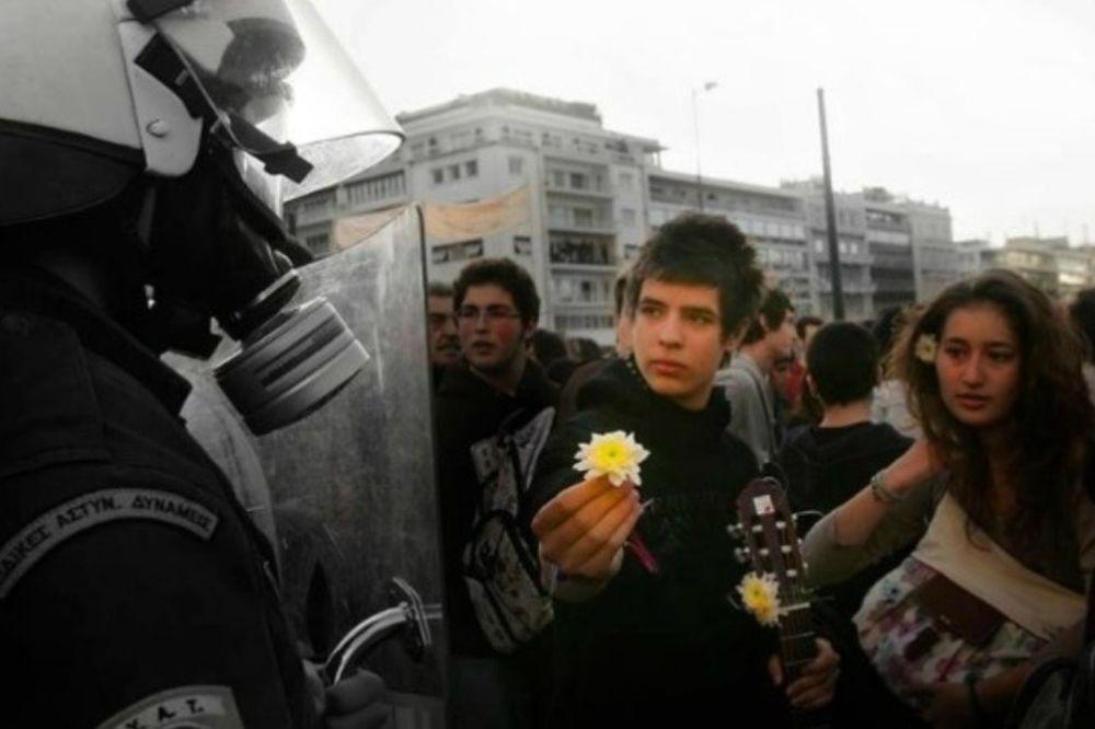 Μαθητής πρόσφερε λουλούδι σε αστυνομικό