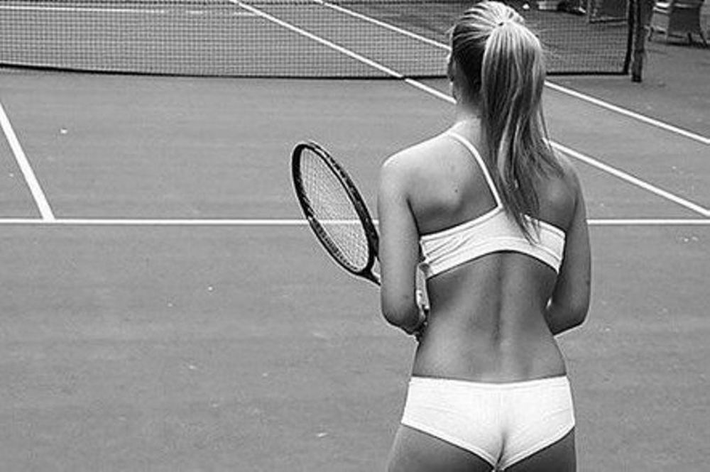 Με τα εσώρουχα παίζει τένις η Ρεφαέλι!