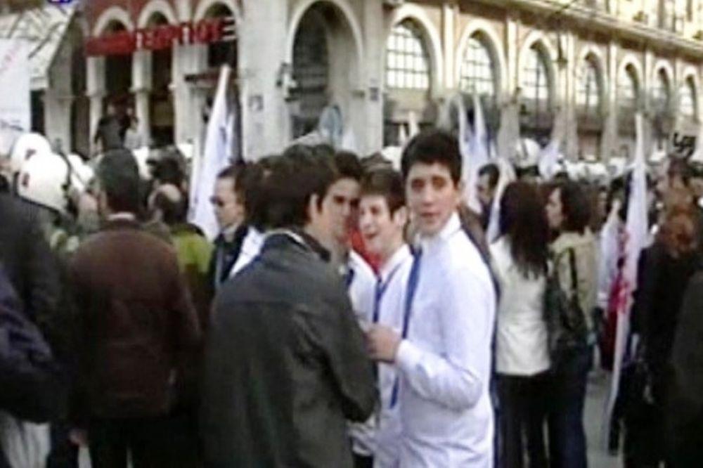 Μούντζα μαθητών σε επίσημους στα Ιωάννινα (video)
