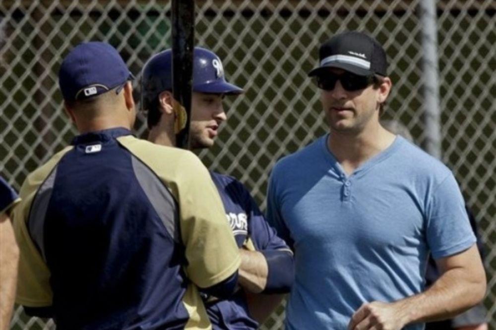 Σε προπόνηση... μπέιζμπολ ο Aaron Rodgers