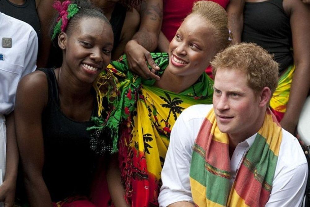 Ο πρίγκιπας Χάρι χορεύει ρέγκε στην Τζαμάικα! (photos+video)