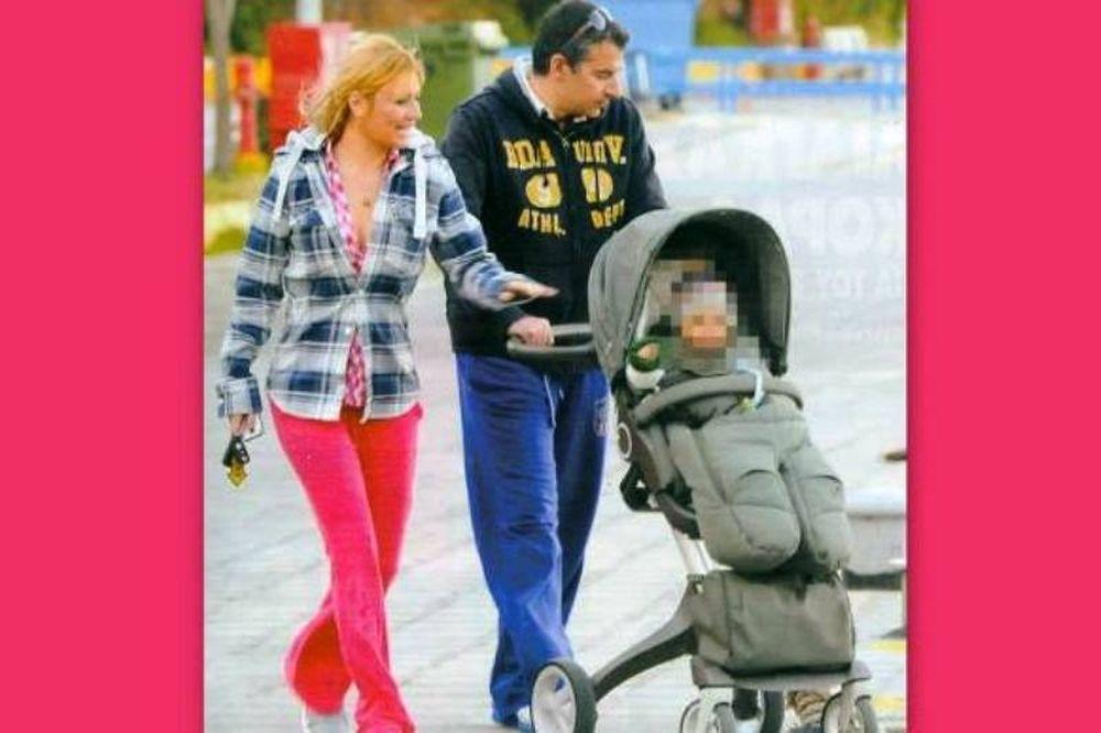 Η βόλτα Λιάγκα-Σκορδά στην παραλία με το γιο τους (photos)