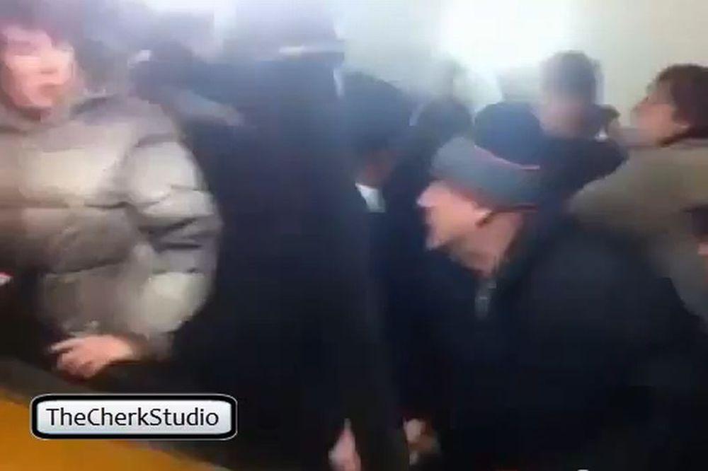 Πλακώθηκαν στις… κυλιόμενες σκάλες! (video)
