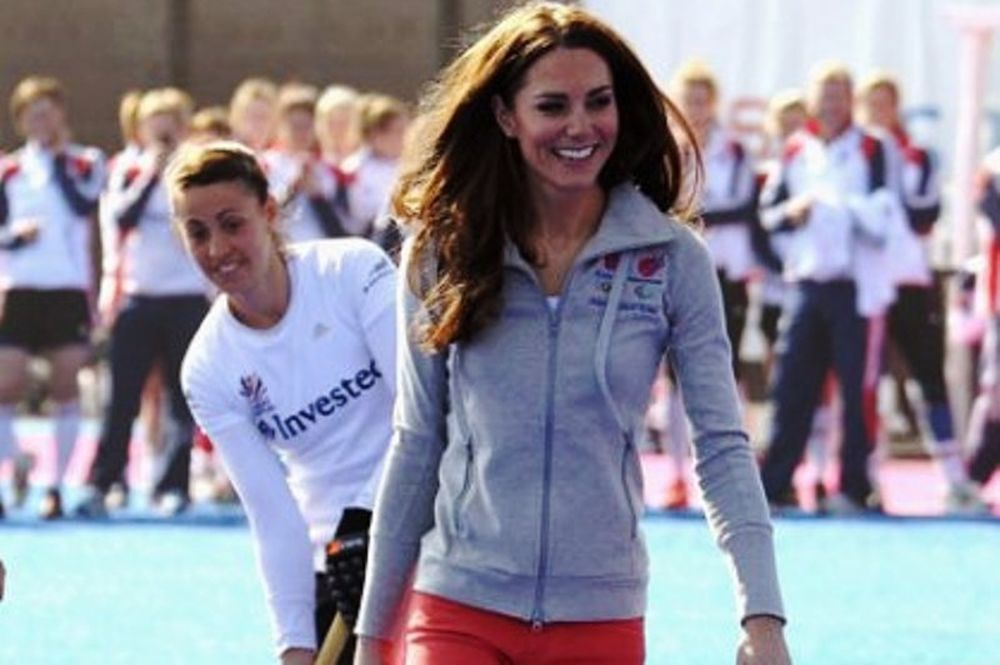 Κάνει μόδα το πολύχρωμο τζιν η Kate Middleton