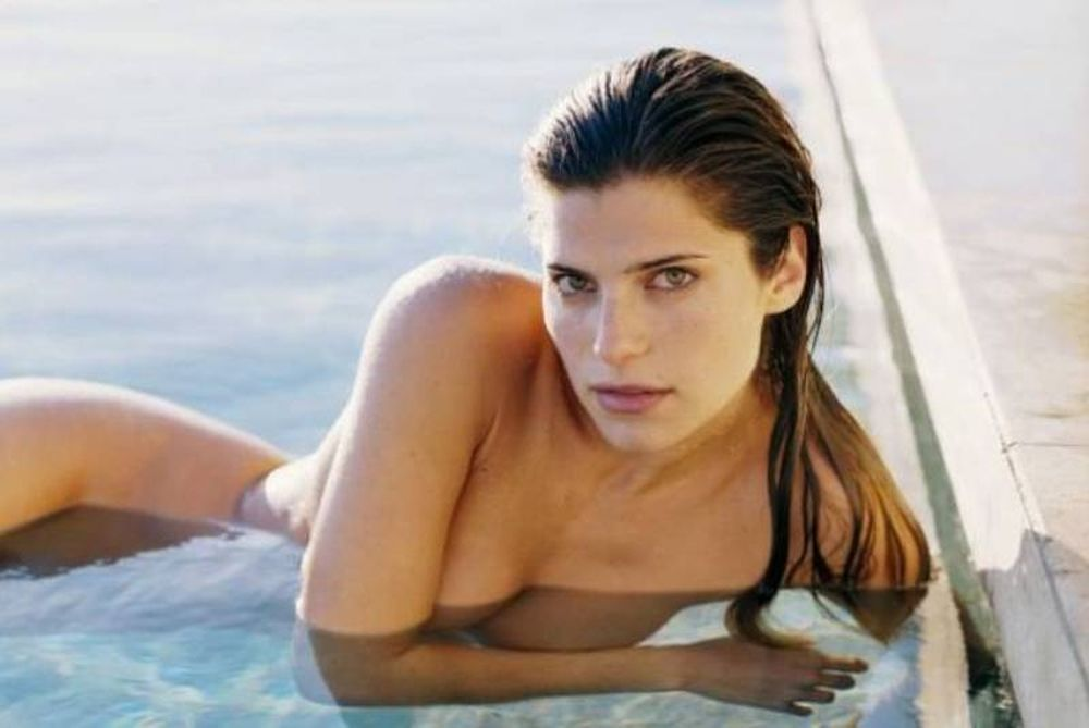 Η σέξι Lake Bell στην πισίνα της!
