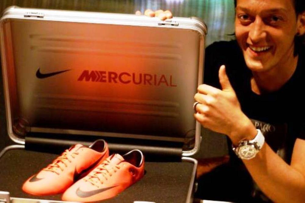 Τα νέα παπούτσια του Οζίλ