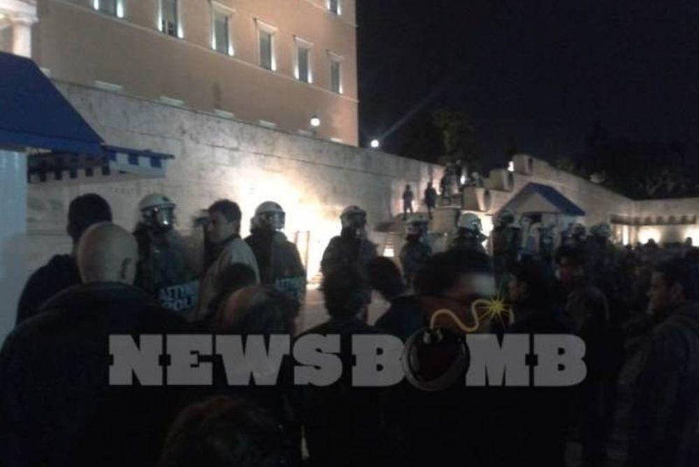 Επεισόδια στο Σύνταγμα μεταξύ ΜΑΤ και διαδηλωτών!