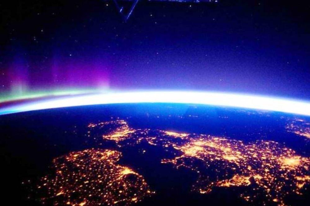Twitter: Αστροναύτης εύχεται καλό Πάσχα με φωτογραφίες από το διάστημα!