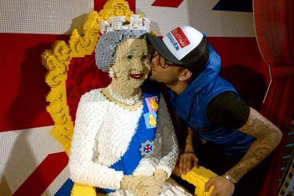 Φίλησε τη βασίλισσα ο Ντάνι Άλβες!