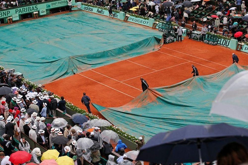 Διεκόπη λόγω βροχής ο τελικός του Roland Garros, συνεχίζεται τη Δευτέρα (photos+video)