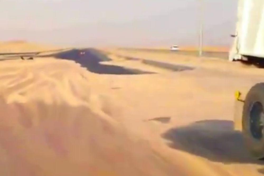Αμμοθύελα σκέπασε οδικό δίκτυο (Video)