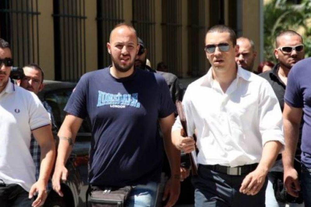 Ο Ηλίας Κασιδιάρης στη ΓΑΔΑ για να πάρει άδεια οπλοφορίας