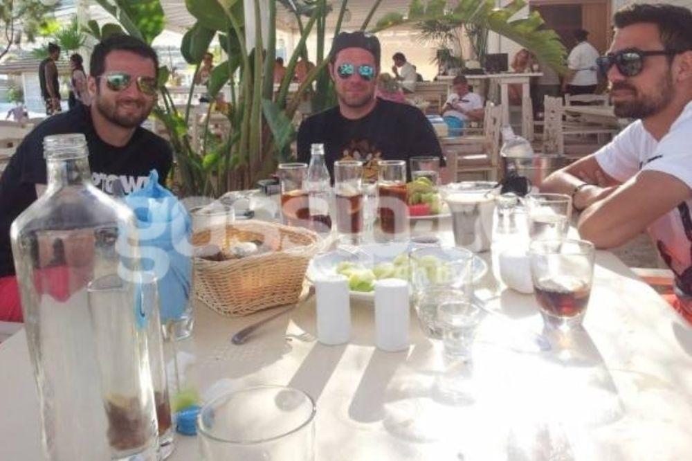 Γεύμα μόνο για τρεις… άντρες